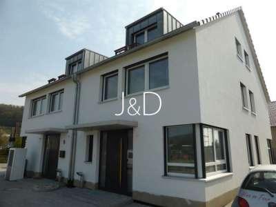 bezugsfreie Doppelhaushälfte im Kaiserstuhl - Hauseingang mit Kücheneckfenster
